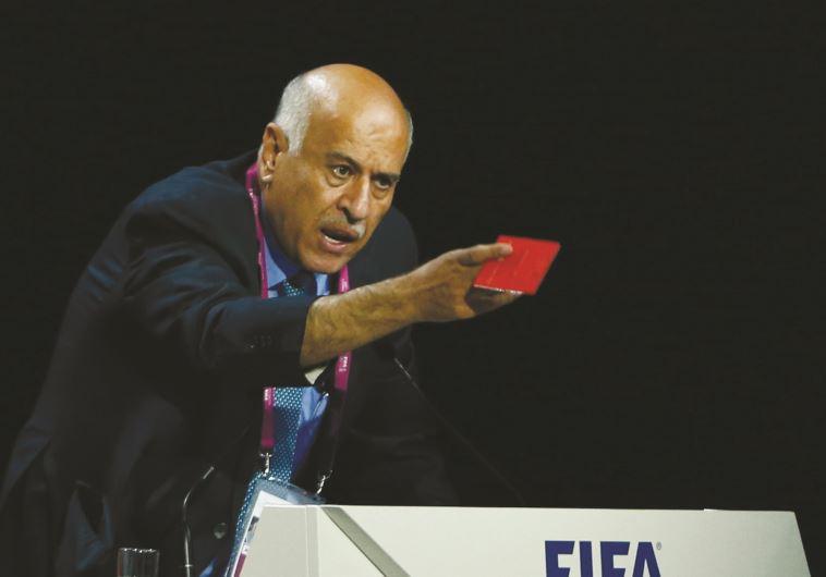 """רג׳וב מוציא """"כרטיס אדום"""" לכדורגל הישראלי בכנס פיפ״א. צילום: רויטרס"""
