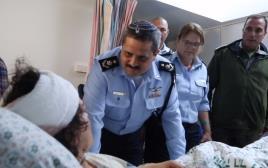 """מפכ""""ל המשטרה רוני אלשיך מבקר את רווית, השוטרת שנפצעה בפיגוע"""