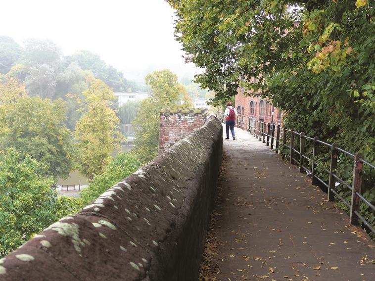 בת 3,00 שנה. החומה הרומית המקיפה את צ'סטר. צילום: תלמה אדמון