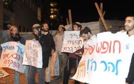 """מפגינים שרוצים לעלות להר הבית מול ביתו של המפכ""""ל אלשיך"""