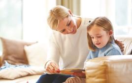 אם ובתה קוראות ספר