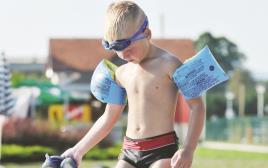 ילד בבריכה, אילוסטרציה