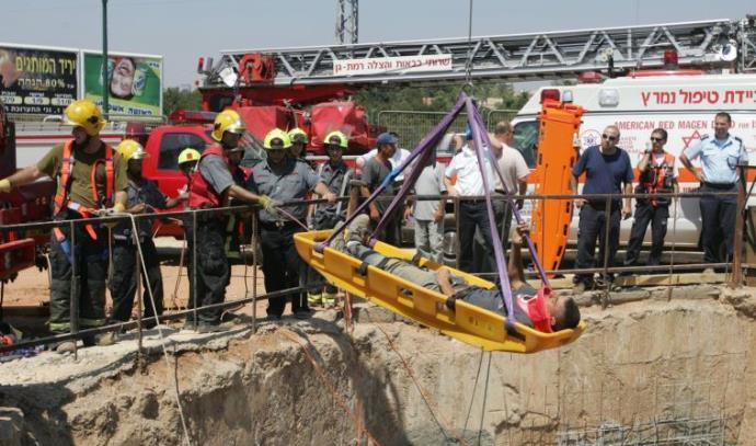חילוץ פועלי בניין שנפלו לבור