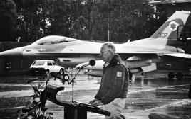 מפקד חיל האוויר, אלוף (מיל') עמוס לפידות בטקס נחיתת מטוס הברק, 1987