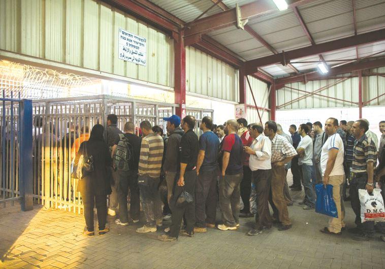 פועלים פלסטינים במחסום. צילום: יונתן זינדל, פלאש 90