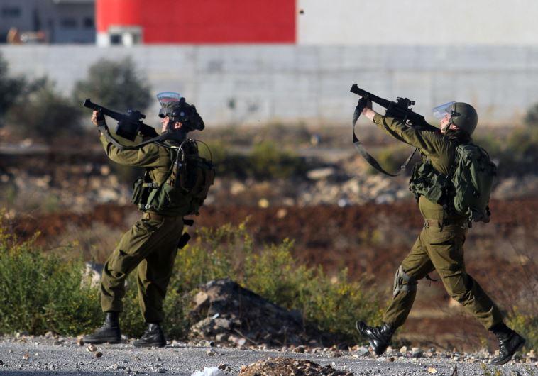 חיילים משיבים ירי, ארכיון