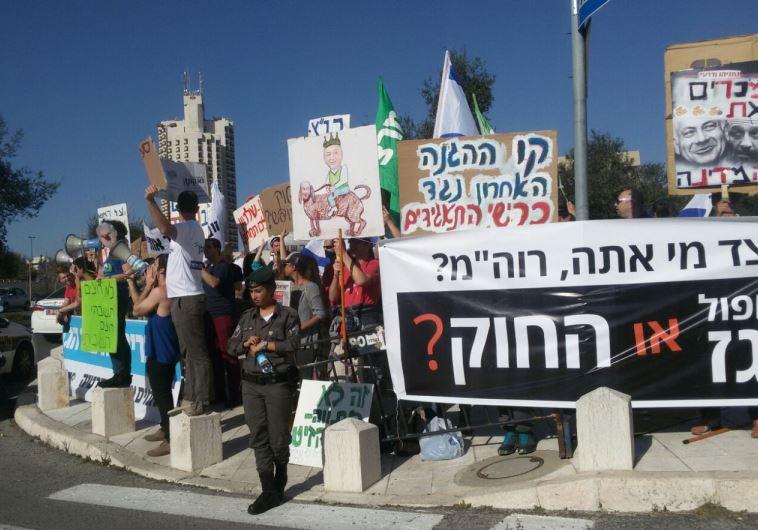 """""""הציבור חייב להתעורר"""". המפגינים מחוץ לאולם. צילום: מטה מאבק הגז"""