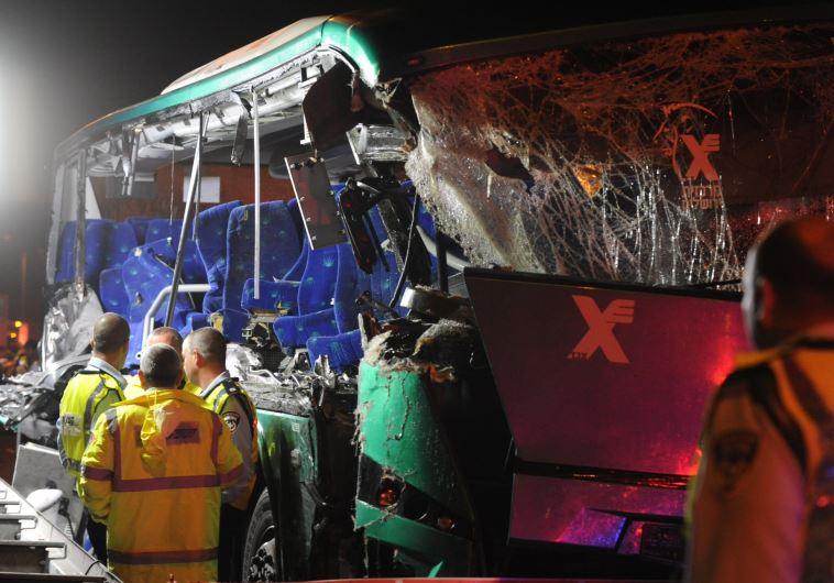 שישה הרוגים ועשרה פצועים. התאונה בכביש 1, שלשום צילום: אבשלום ששוני