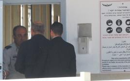 אולמרט נכנס לכלא מעשיהו