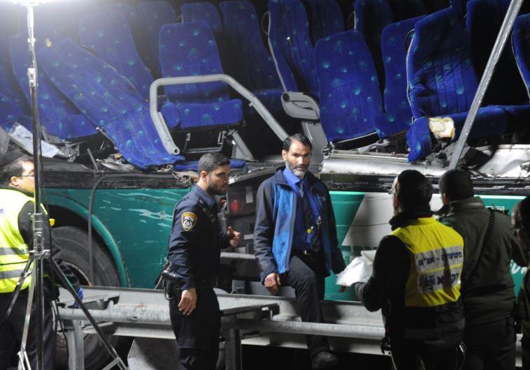 הנהג חיים ביטון במקום התאונה, אמש. צילום: אבשלום ששוני