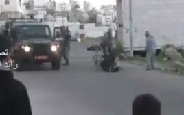 """שוטר המג""""ב דוחף את הפלסטיני מכיסא הגלגלים"""