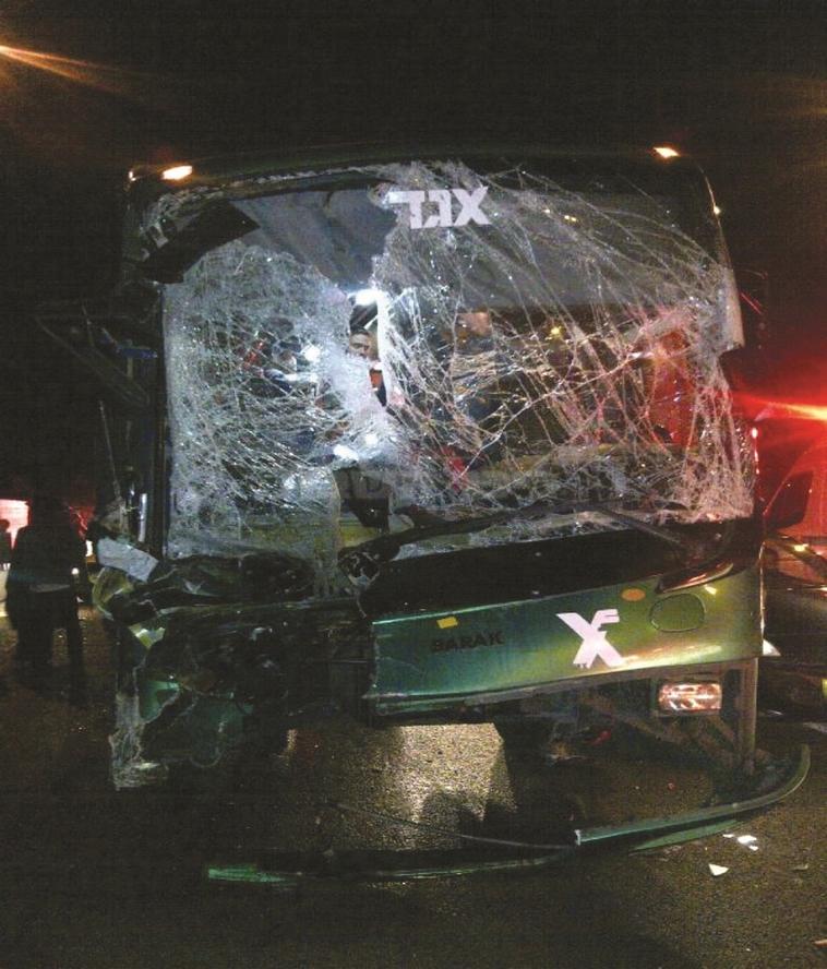 האוטובוס של ביטון לאחר התאונה ב־2013. צילום: דוברות איחוד הצלה