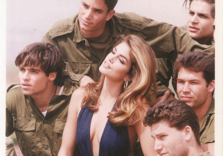 סינדי קרופורד מצטלמת עם חיילים במדבר יהודה, 1992. צילום: פלאש 90