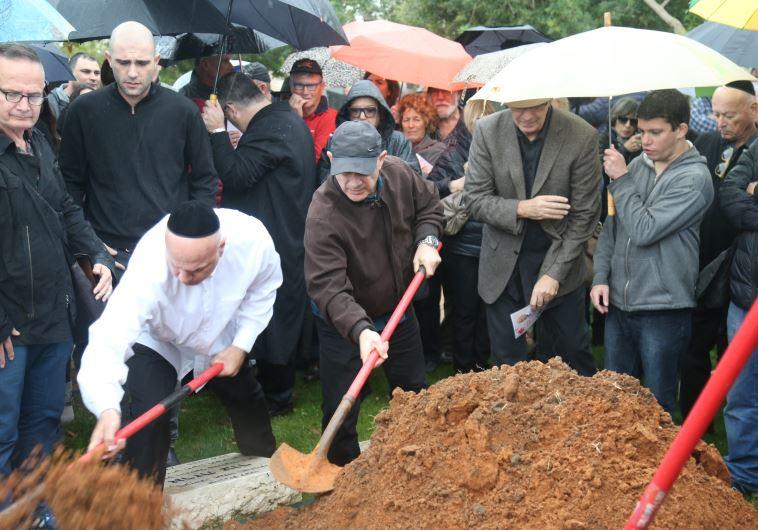 מאות השתתפו בהלווייתו של יוסי גרבר. צילום: אבשלום ששוני