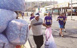 אוספי הבקבוקים במרתון תל אביב