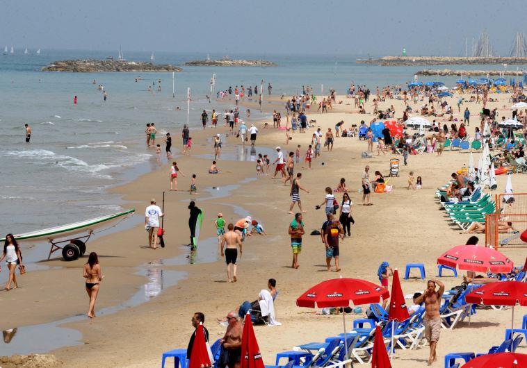 חוף הים בתל אביב באביב