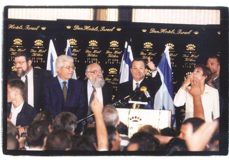 ברק בניצחון ב-1999. הממשלה התפרקה תחת ידיו. צילום: נאור רהב