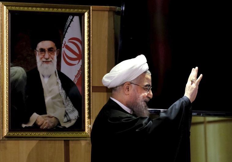 """""""שמרנים, רפורמים, נגמר לכולכם"""". הנשיא רוחני, עם תמונתו של האייתוללה חמינאי. צילום: רויטרס"""