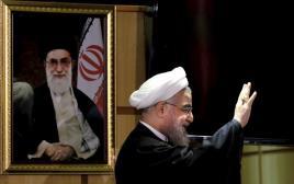 נשיא איראן רוחאני עם תמונתו של האייטולה חמינאי ברקע