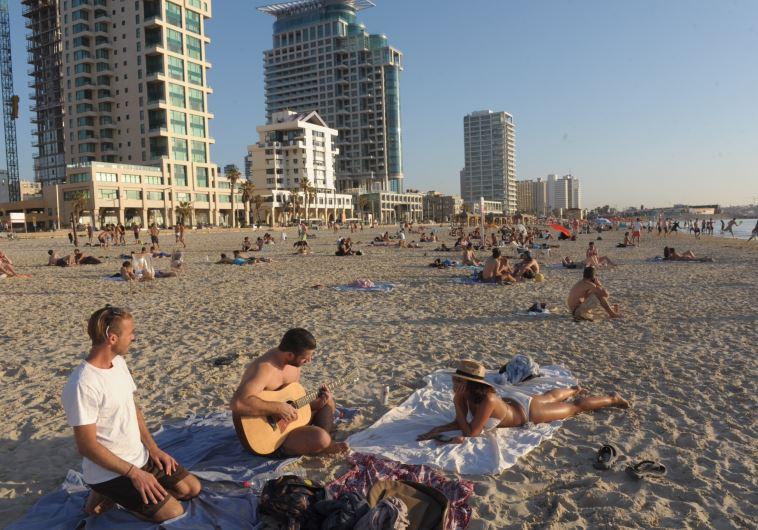 מבלים על חוף הים בתל אביב. צילום: אבשלום ששוני