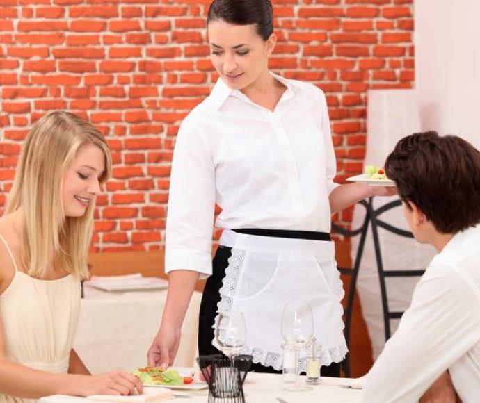 מלצרית במסעדה