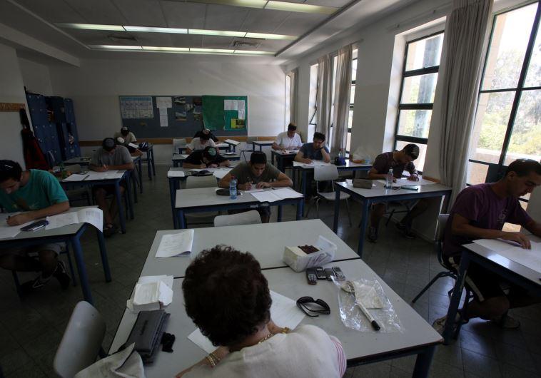 התלמידים נלחצים לקראת הבחינות. צילום: פלאש 90