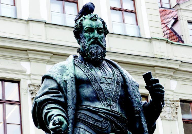 פסל של יעקוב פוגר העשיר. צילום: תלמה אדמון
