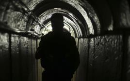 פלסטיני במנהרה בעזה