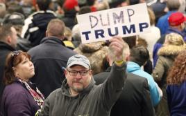 מפגין נגד טראמפ בכנס של המפלגה הרפובליקנית