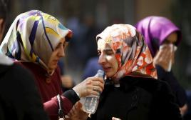 """נשים מפגינות מול מערכת העיתון """"זאמאן"""" באיסטנבול"""