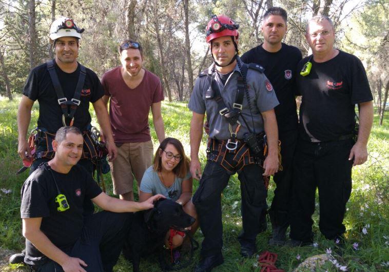 הכלבה מילי עם המחלצים ביער אלכסנדרוני. צילום: כיבוי ואש פתח תקווה
