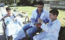 פארס עיסא עם ילדים סורים פצועים במרכז הרפואי זיו