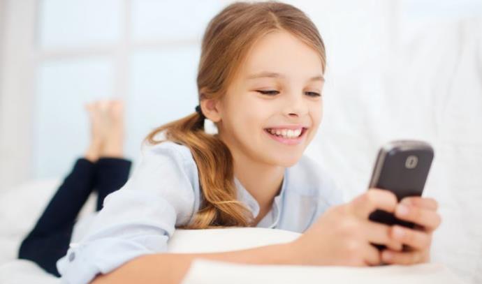 ילדה עם סמארטפון