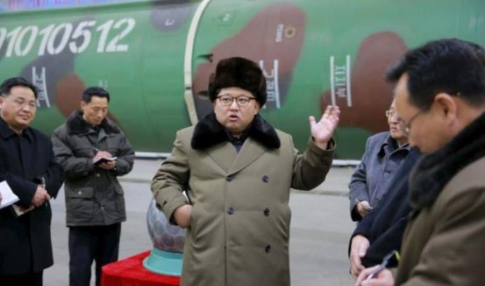 קים ג'ונג און נפגש עם מדעני גרעין בקוריאה הצפונית