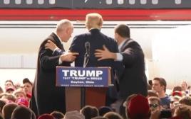 דונלד טראמפ מוקף במאבטחיו