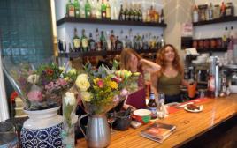 """פרחים וברכות בבית הקפה """"לילוש"""""""