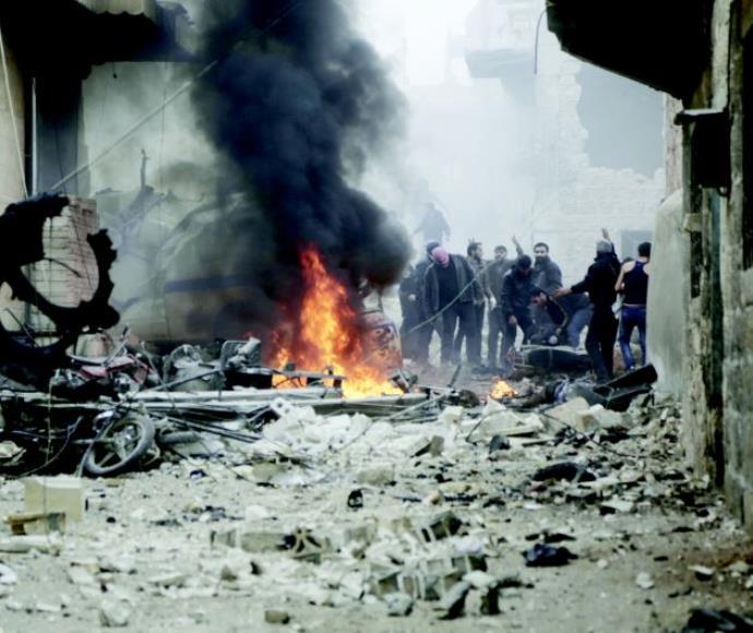תושבי סוריה לאחר הפצצה מהאוויר במחוז אידליב, הנשלט בידי המורדים, ינואר 2016