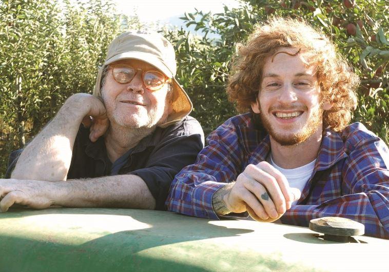 """""""מכיר אותו מגיל אפס"""". עם אלישע בנאי ב""""תפוחים מן המדבר"""". צילום: יוני המנחם"""