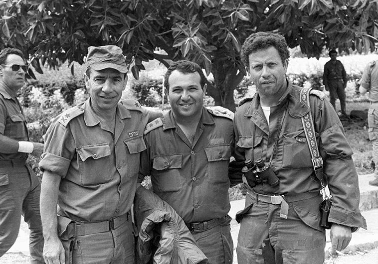 """הקים את צד""""ל. מאיר דגן עם חברו יוסי בן חנן (מימין) במלחמת לבנון הראשונה. צילום: מיקי צרפתי, """"במחנה"""""""