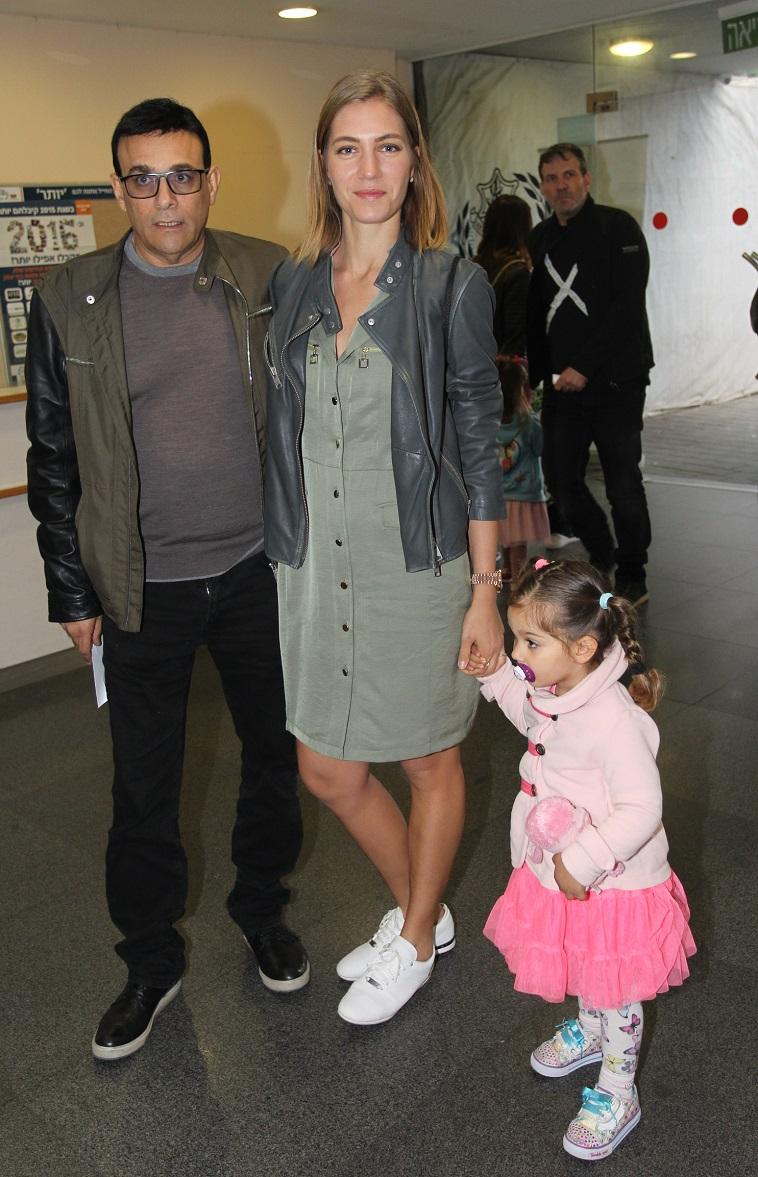 בייבי, את שורדת. ג'ני צ'רוואני עם רוני מאנה ואמילי