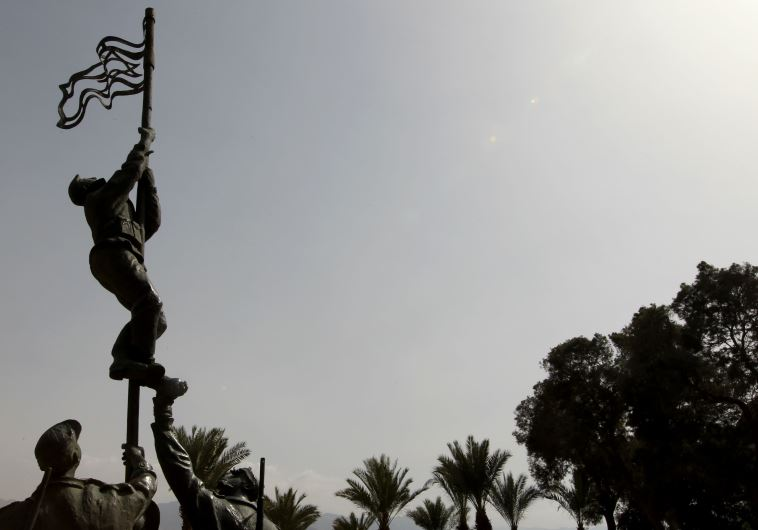 פסל של אירוע הנפת דגל הדיו, אילת