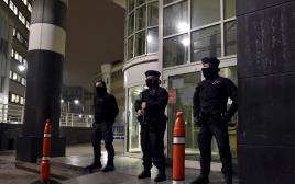 כוחות הביטחון הבלגיים מאבטחים את בית החולים בבריסל, בו טופל המחבל מהפיגועים בפריז