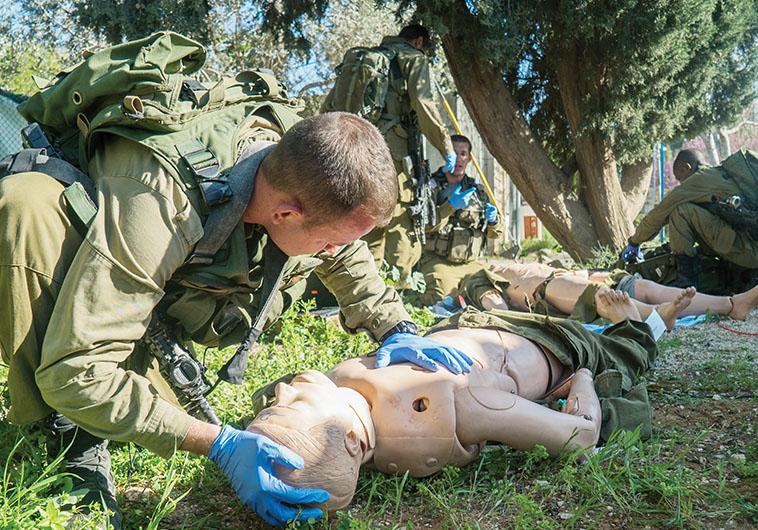 """תרגול של צוותי רפואה על רובוטים בשטח, צה""""ל"""