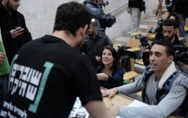 סטודנטים באירוע שוברים שתיקה באוניברסיטת תל אביב