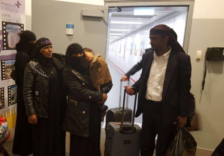 מאחרוני יהודי תימן, לאחר שנחתו בישראל. צילום: הסוכנות היהודית