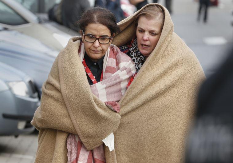 נמלטים מזירת הפיגוע בבריסל. צילום: רויטרס