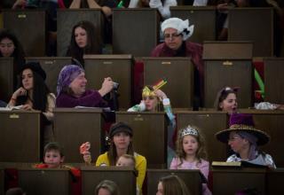 נשים וילדות קוראות במגילת אסתר