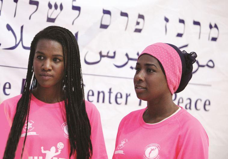"""שחקניות הנבחרת הפלסטינית. """"זו הדרך לשלום"""". צילום: ליאב פלד"""