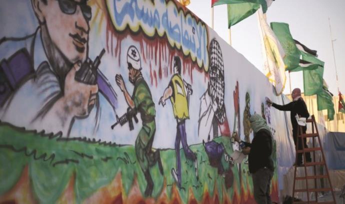 """ציור קיר ברפיח המהלל את טרור הסכינים. במקרים רבים מנסים ארגוני הטרור """"לרכוב על הנמר"""" ולשייך אליהם את"""