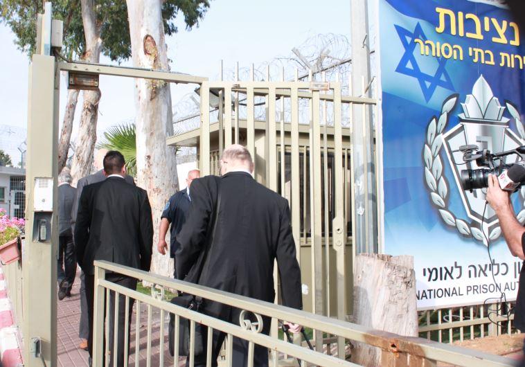 פרקליטיו של קצב בכניסה לוועדת השחרורים. צילום: יקי צימרמן